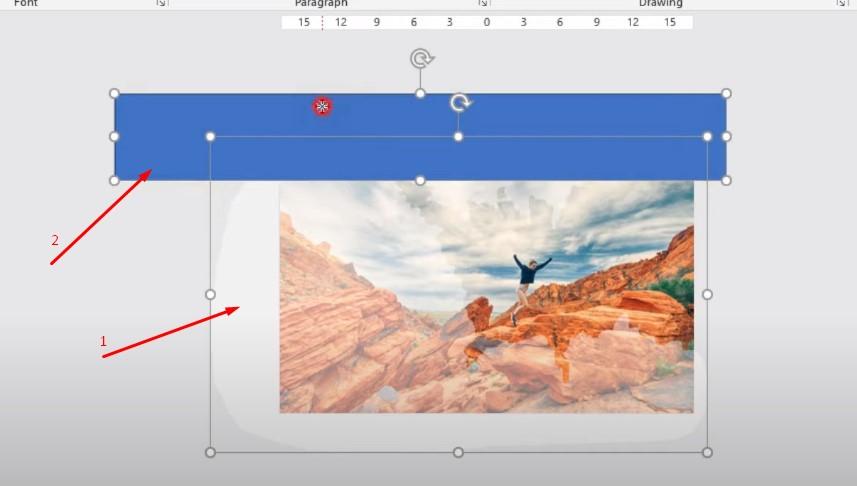 Bạn bấm vào hình trong hình khối trước và bấm Shift chọn hình khối thứ 2.